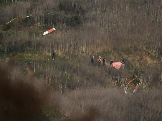 Место крушения вертолета Коби Брайанта стало объектом массового паломничества