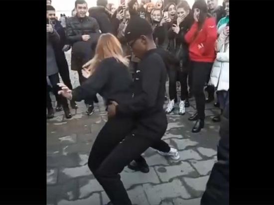 """Темнокожего студента пристыдили за """"неприличные танцы"""" с осетинкой"""