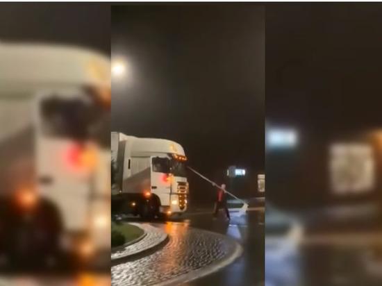 «Я здесь главный»: агрессивный поляк напал на российский грузовик