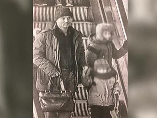"""Отец, бросивший детей в """"Шереметьево"""", был судим за кражу"""