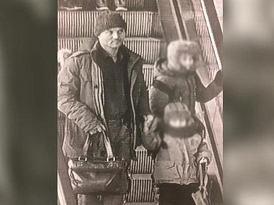 Бросившему детей в Шереметьево мужчине деньги на билет дала соседка