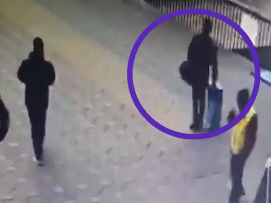 Бросивший детей в аэропорту Шереметьево мужчина сдался следователям
