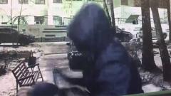 Неизвестный в капюшоне зарезал торговца на юго-западе Москвы: видео