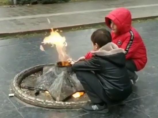 В Махачкале из вечного огня устроили мангал: подняли весь город