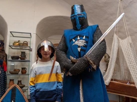 Псковский губернатор познакомил мальчика-сироту с рыцарями