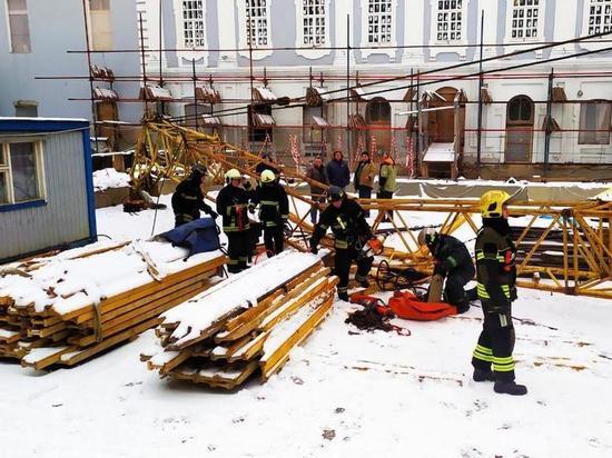Рабочего придавило стрелой крана в центре Москвы