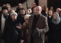 На церемонии прощания с протоиереем Всеволодом Чаплиным, проходящей на Троекуровском кладбище, историк, экс-замминистра иностранных дел Федор Шелов-Коведяев заявил, что официальные структуры отказались помочь с организацией похорон Чаплина