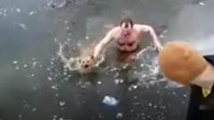 В Астрахани мужчина прыгнул в ледяную воду ради бродячей собаки