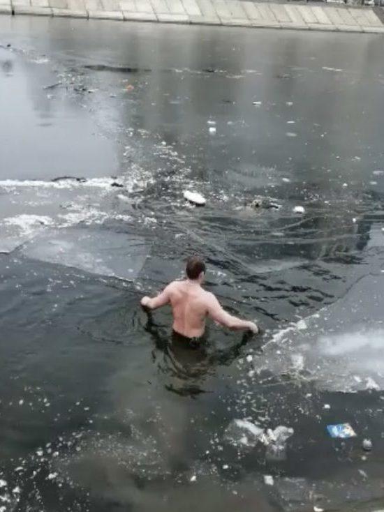 Астраханец принял ледяную ванну ради спасения собаки