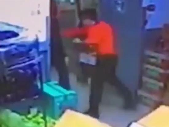 Жена мужчины, избитого кассиром супермаркета: «Рвало кровью шесть дней»