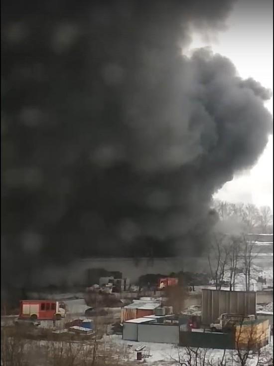 В Петербурге горит крупный цех по переработке резины