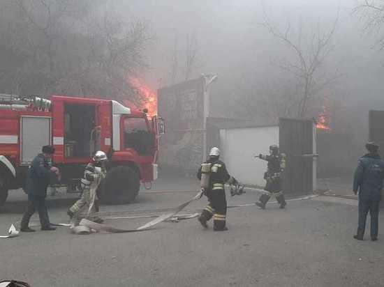 Крупный пожар на складе перекинулся на кровлю соседнего здания