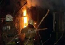 Деревянный дом, охваченный пожаром, в деревне в Чеховском городском округе Подмосковья стал настоящим крематорием для четверых человек