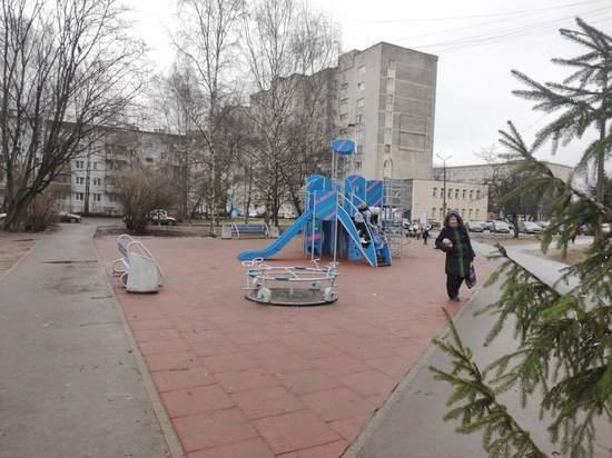 Половину скамеек, установленных в сквере Пскова, сломали