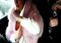 Москвичка, лишенная водительских прав, в каршеринговом автомобиле пила с горла спиртное, а потом посадила своего маленького сына за руль иномарки