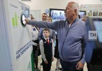 Минниханов и Чемезов протестировали автоматы для приема тары в Казани