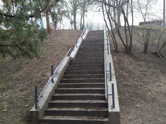 К ремонту лестницы у псковского Ботанического сада вернутся, когда потеплеет