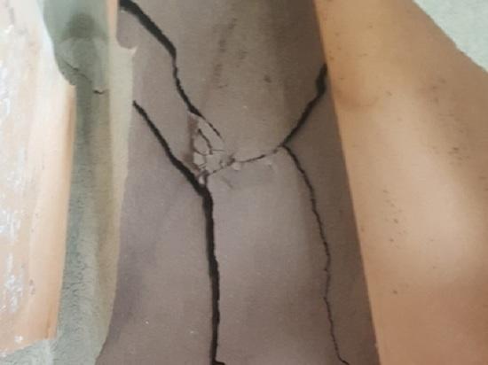 Трещины выросли в аварийном доме, где живут три семьи барнаульцев