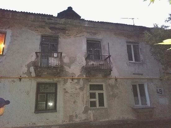 Власти Барнаула экстренно расселяют людей из аварийного дома с трещинами
