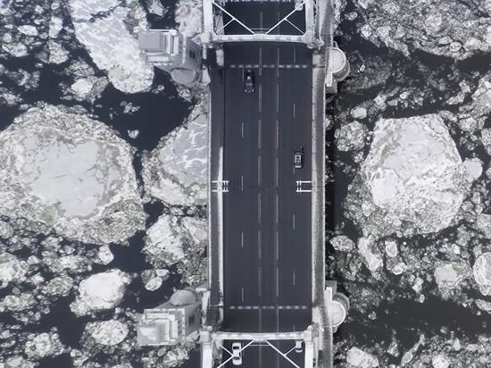 Удивительной красоты ледоход по Неве засняли с дрона