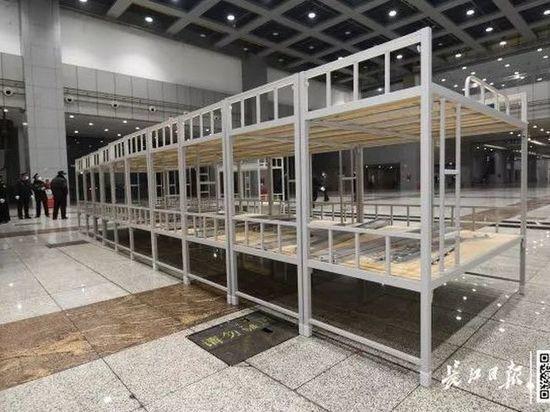 Больных коронавирусом в Ухане свезут на стадион: ставят нары