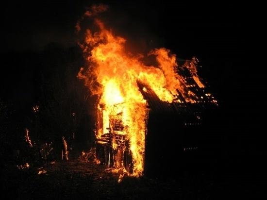 В ночном пожаре в Ивановской области сгорел большой частный дом с постройками