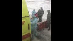 Россиян, эвакуированных из Китая, встретили в спецодежде с носилками: видео