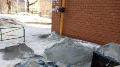 В Оренбурге с многоэтажки сорвало утеплитель