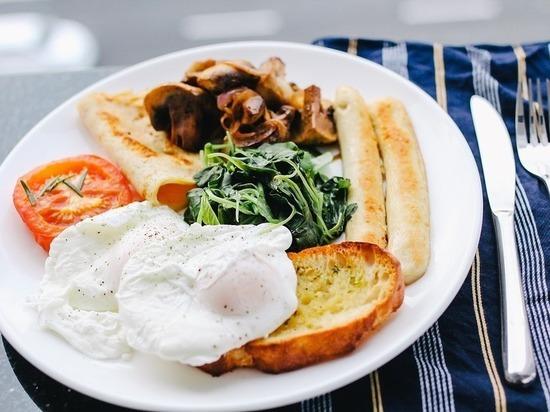 Диетолог назвала мешающие похудеть ошибки за завтраком