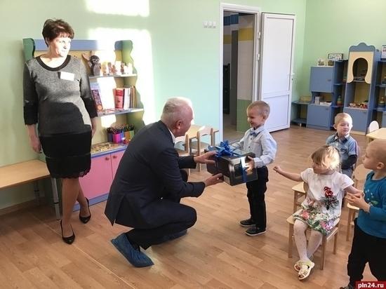 Александр Гуцан поздравил с днем рождения воспитанника псковского детского сада «Ягодка»