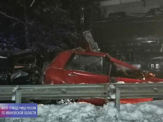 В Ивановской области вылетевший на «встречку» КАМАЗ снес три легковушки: погибла женщина