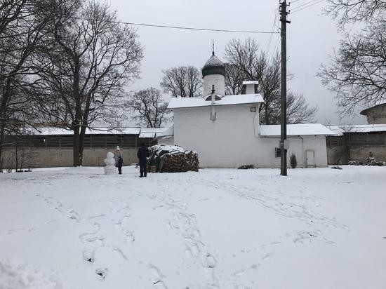 В Пскове выросли снеговики, а лыжная база открыла сезон