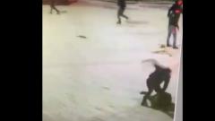 На двух мигрантов напали в Подмосковье: видео с камер наблюдения