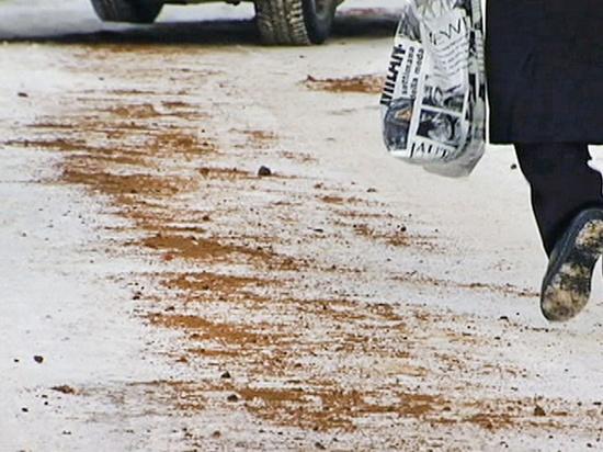 В Ярославле горожане вынуждены самостоятельно посыпать тротуары песком и солью