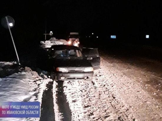 Дорога не держит: в Ивановской области легковой автомобиль врезался в стоящий грузовик