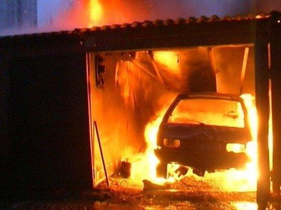 Гараж вместе с автомобилем сгорел в Ростовской области.