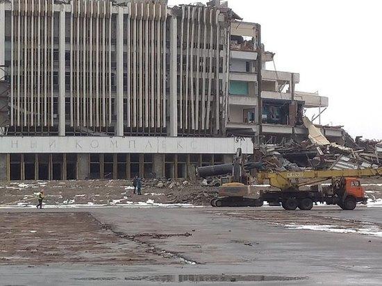 У рухнувшего СКК «Петербурсгкий» вновь заработала тяжелая техника