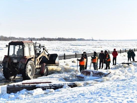 В Ярославле начали очистку Стрелки и набережных ото льда