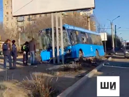 В Астрахани автобус  с пассажирами врезался в рекламный щит