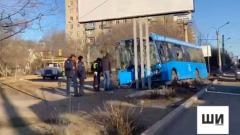 В сети появилось видео с места аварии, где синий автобус врезался в рекламный щит