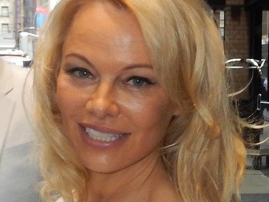 Памела Андерсон узнала о своем разводе с мужем из СМС