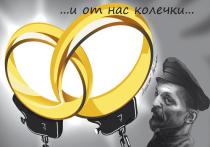 Семейную пару обвинили в госизмене из-за свадебного фото с ФСБшником
