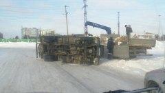 В Ноябрьске у промзоны перевернулся грузовик