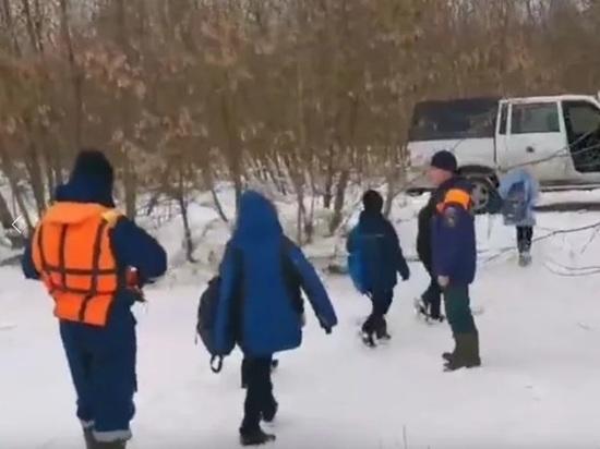 Ярославские спасатели вывели со льда четверых детей