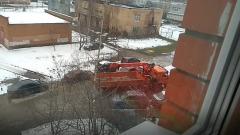 Серпуховичи засняли, как строительная техника гоняет по двору