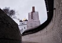 Если вдруг по каким-то причинам вы еще не в курсе, напомним: с 1 декабря 2019 года музей-заповедник ввел плату за право проведения экскурсий на территории Псковского кремля экскурсоводами, не являющимися сотрудниками музея
