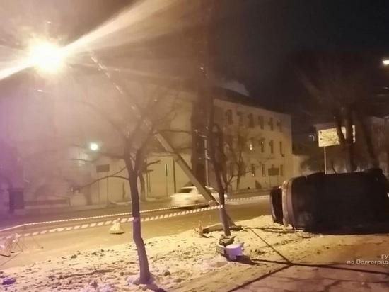 В центре Волгограда водитель на иномарке снес столб и дорожный знак