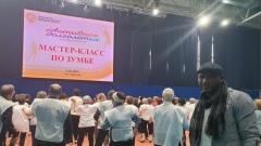 Дедушки и бабушки крутили бедрами: в Серпухове прошел мастер-класс по зумбе