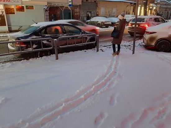 Снегопад в Саратове: с крыш на людей падает наледь, в дорогах заторы