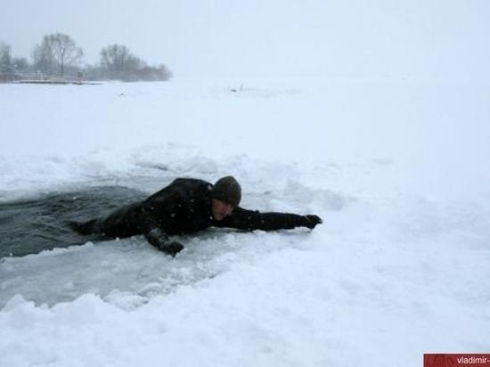 Калмыцкие спасатели помогли провалившимся под лед ставропольчанам